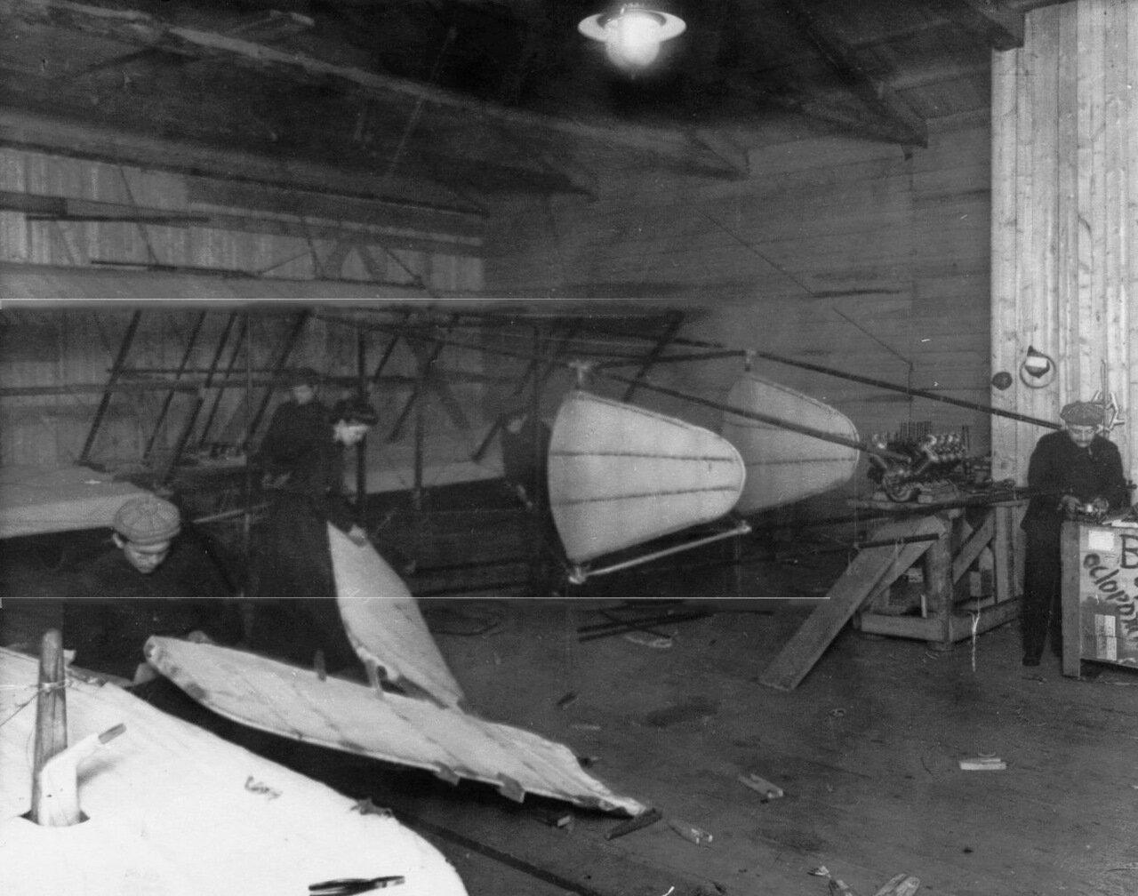 13. Сборка самолета в мастерской (самолет Я.М. Гаккеля). 1910