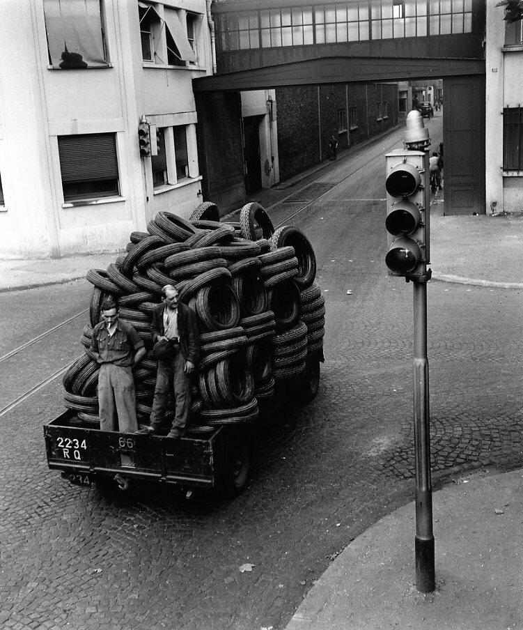 1950. Транспортировка шин на заводе Рено