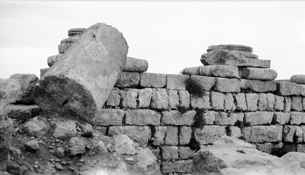 Разбитые колонны и разрушенная каменная стена города Филадельфия