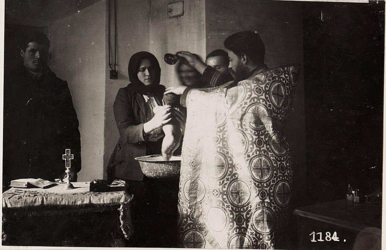Крещение младенца в русской церкви