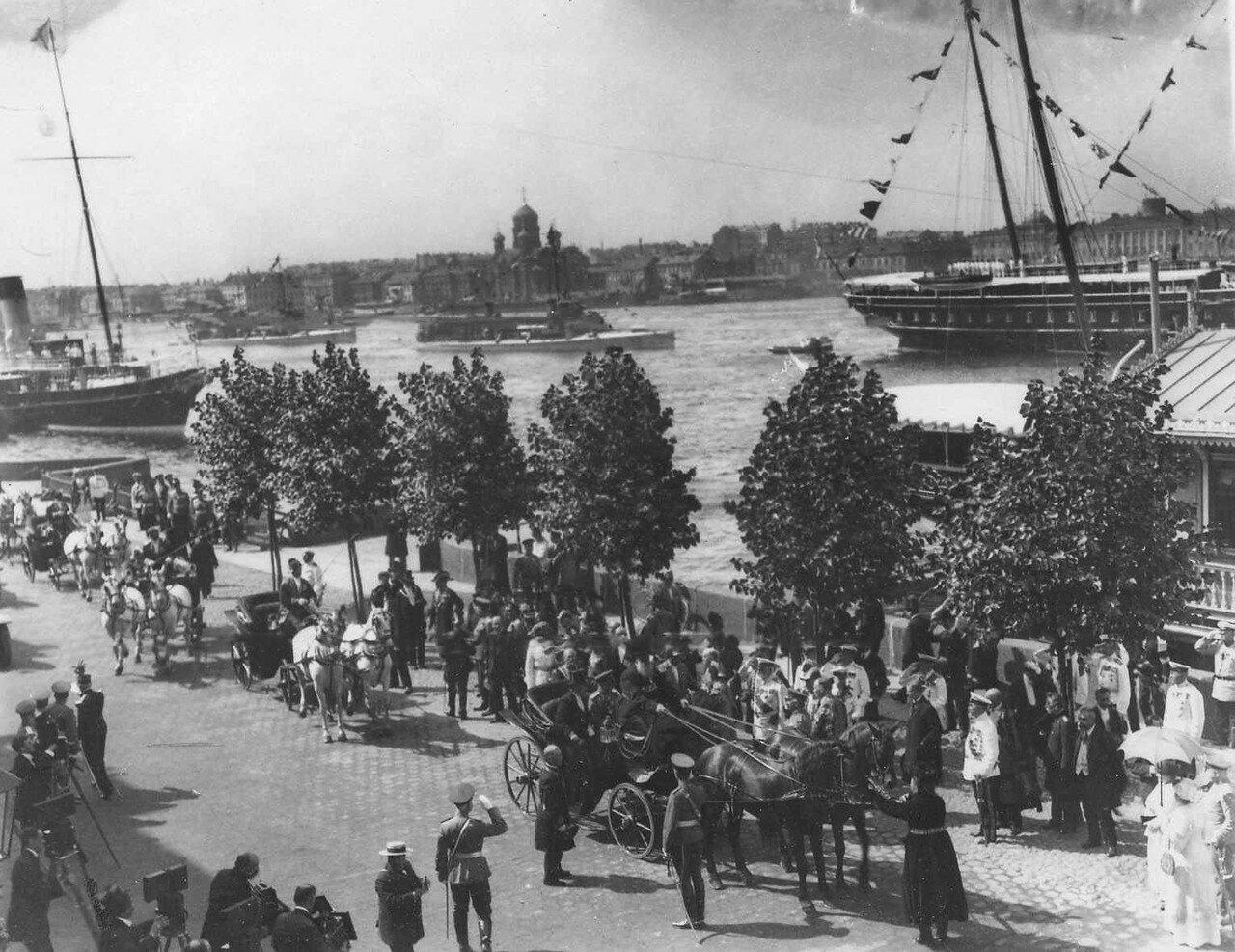 37.  Пуанкаре со свитой в сопровождении русских дипломатических и военных представителей отъезжают в карете с Английской набережной