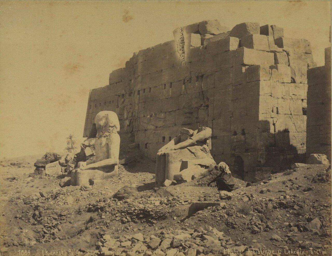 Карнак. Пилон  и статуи Тутмоса IV и Тутмоса II
