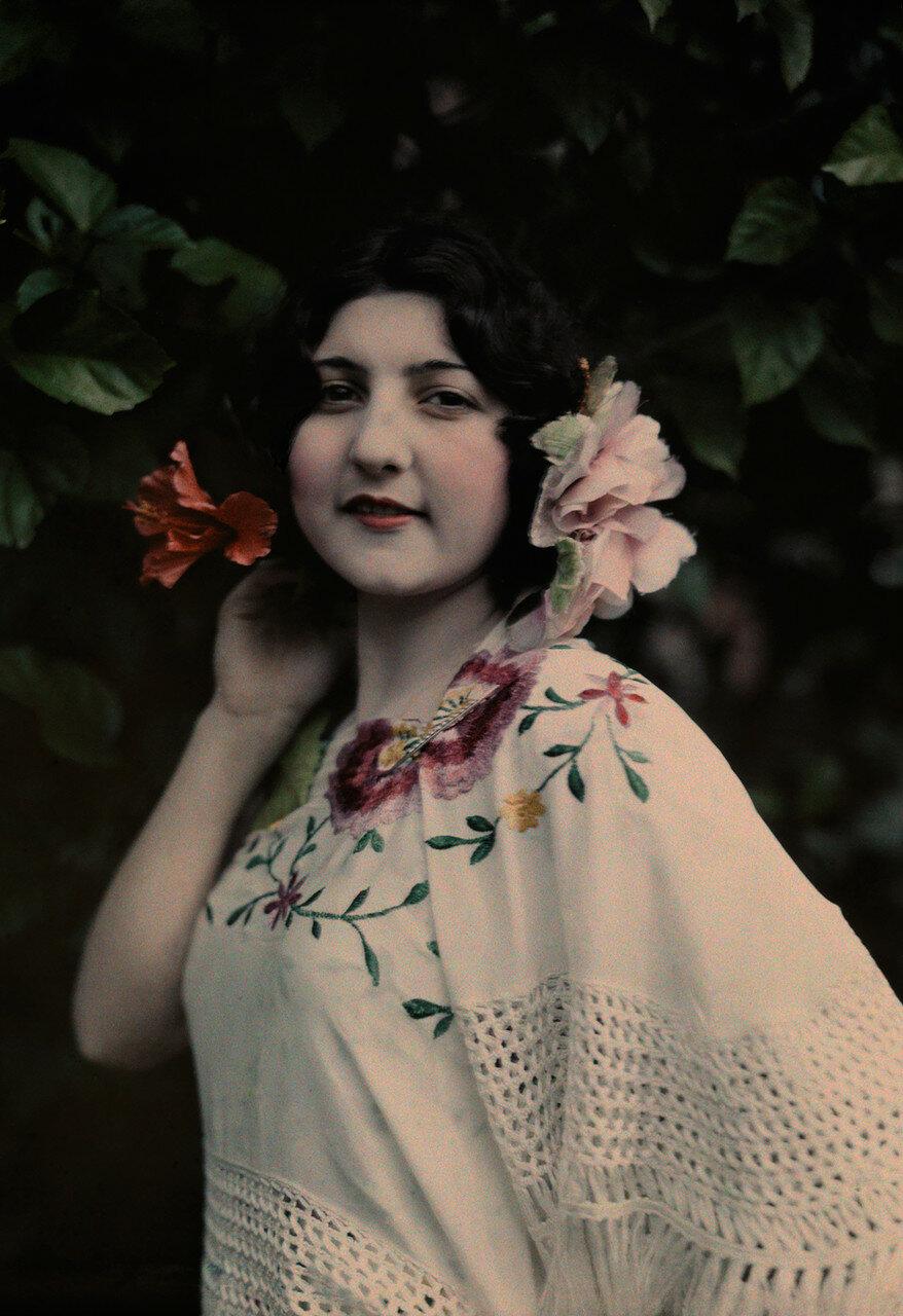 1929. США. Испаноязычная женщина с цветами в волосах позирует в Тампе, штат Флорида