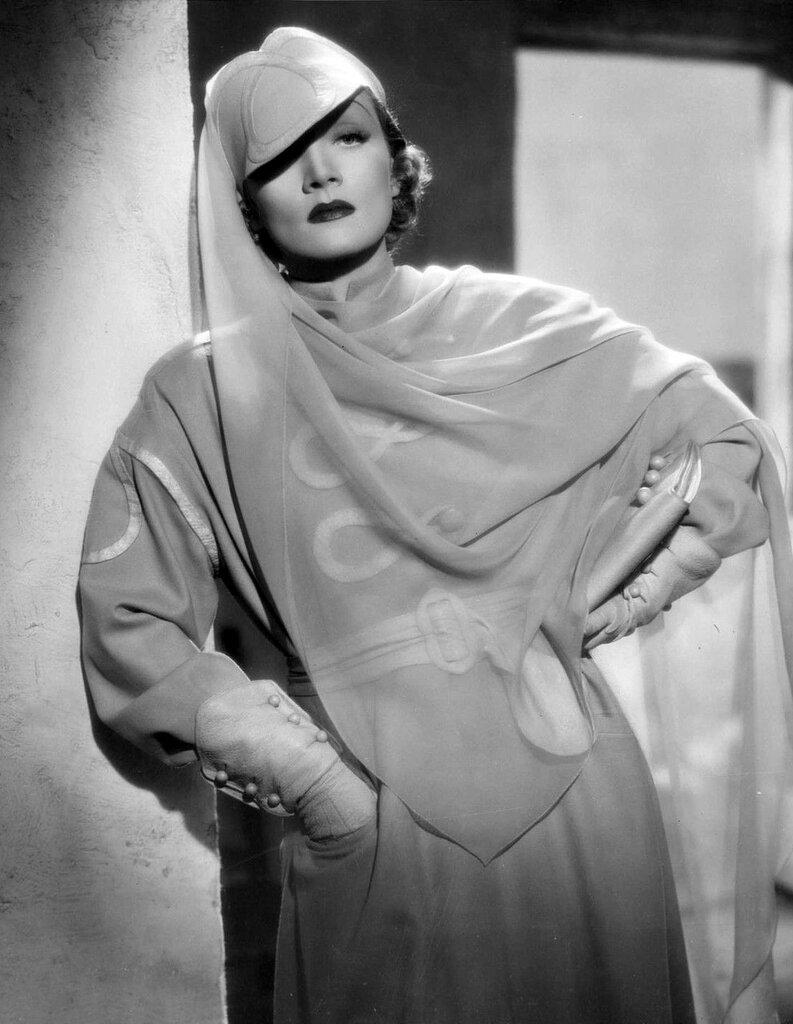 Marlene Dietrich 1936, photo by William Walling.jpg