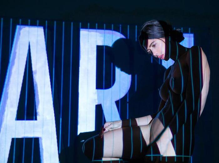 Мило Муар: Обнаженные перфомансы швейцарской художницы