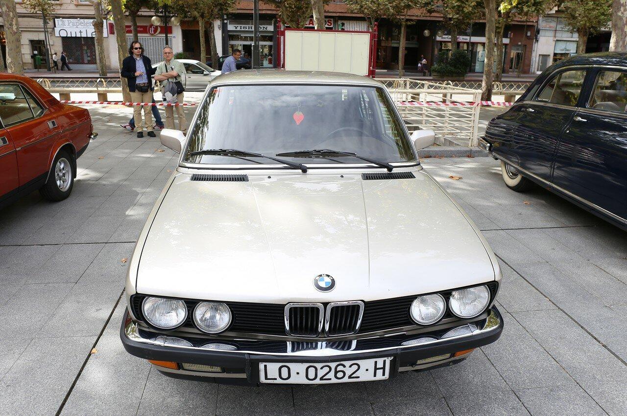 Парад ретрокаров в Логроньо. BMW 528i серии E12