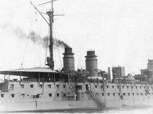 Французский корабль Коиде на рейде.