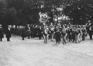 Итальянский король Виктор Эммануил III и сопровождающие его лица направляются от Невских ворот к Петропавловскому придворному собору.