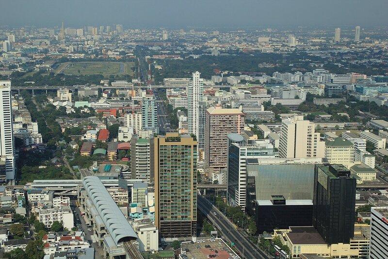 Вид на небоскрёбы, магистрали и парки Бангкока (столицы Таиланда) из небоскрёба Baiyoke Tower II в дневное время