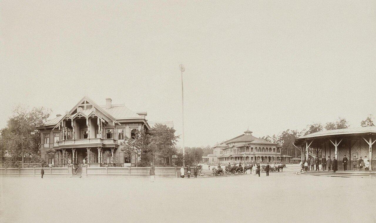 Деревянный театр и железнодорожная платформа