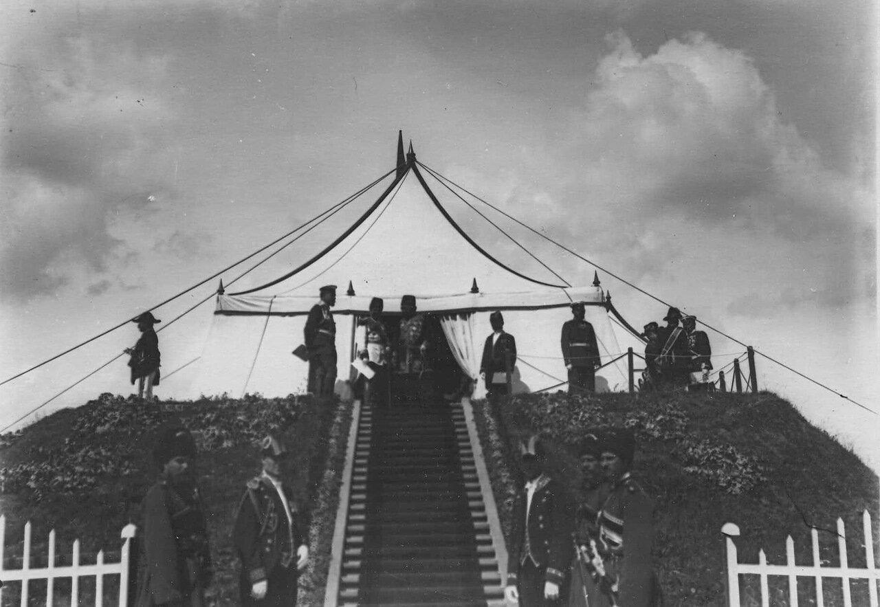 16. Персидский шах Мозафар-эд-дин с группой офицеров на царском валике наблюдает за парадом войск