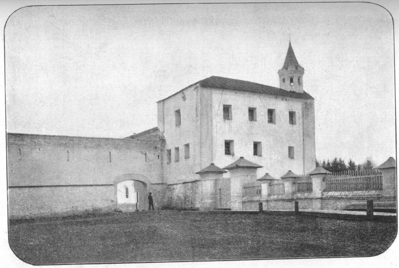 4. Стена архиерейского дома (с южной стороны) и теплый собор (наружный вид)