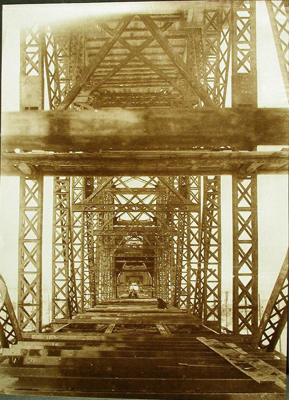 24. Рабочие за укладкой вотеренов во время строительства моста через р. Зею