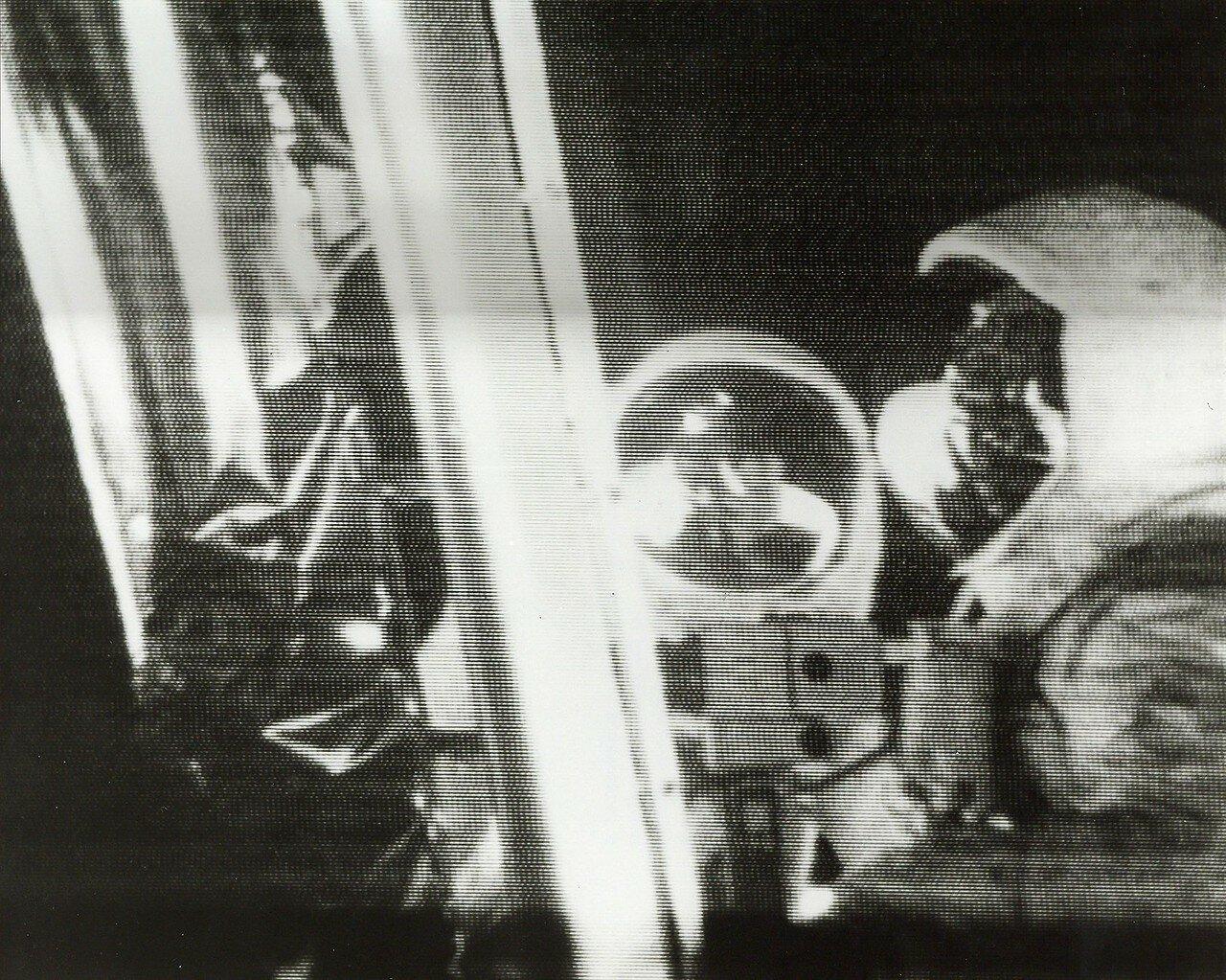 Армстронг достал из кармана скафандра аварийный образец лунной породы и положил его на обшивку двигателя взлётной ступени. До полёта некоторые специалисты высказывали опасения, что лунный грунт может вступить в реакцию с воздухом,