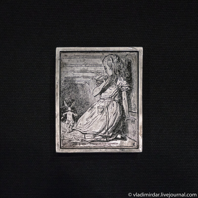 Алиса и Белый Кролик. Винтажная поясная серебряная пряжка – серия Алиса в Стране Чудес