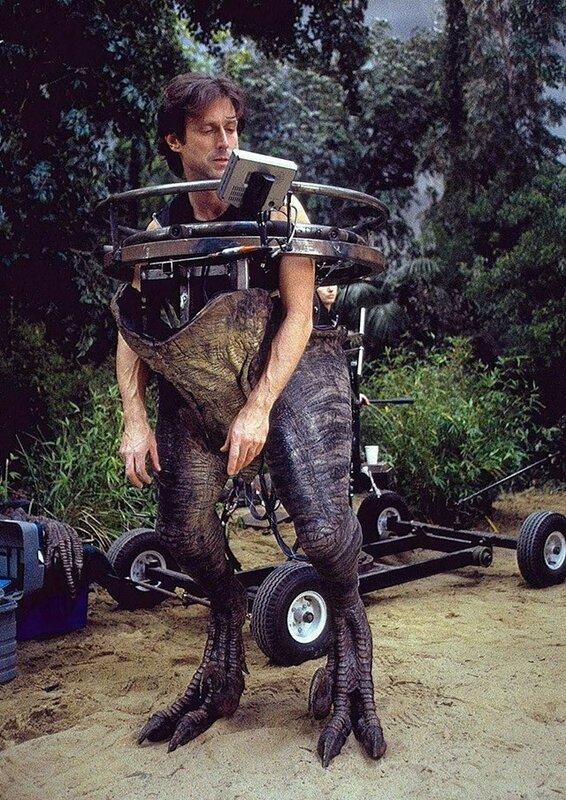 «Парк Юрского периода — 3» Джон Розенгрант — художник по спецэффектам — в костюме раптора. Ну, в полукостюме.jpg