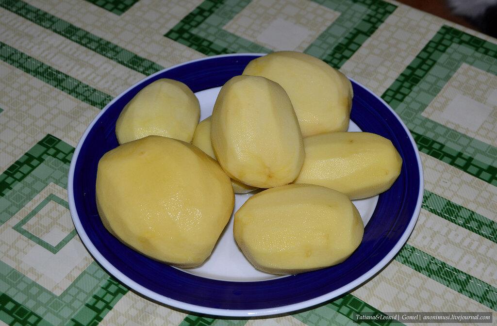 Картошка с копчеными свиными ребрами в горшочках