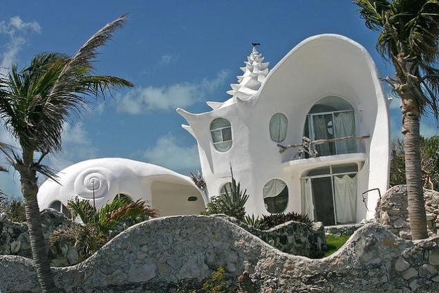 Дом ракушка, построенный мексиканским архитектором Октавио Окампо.jpg