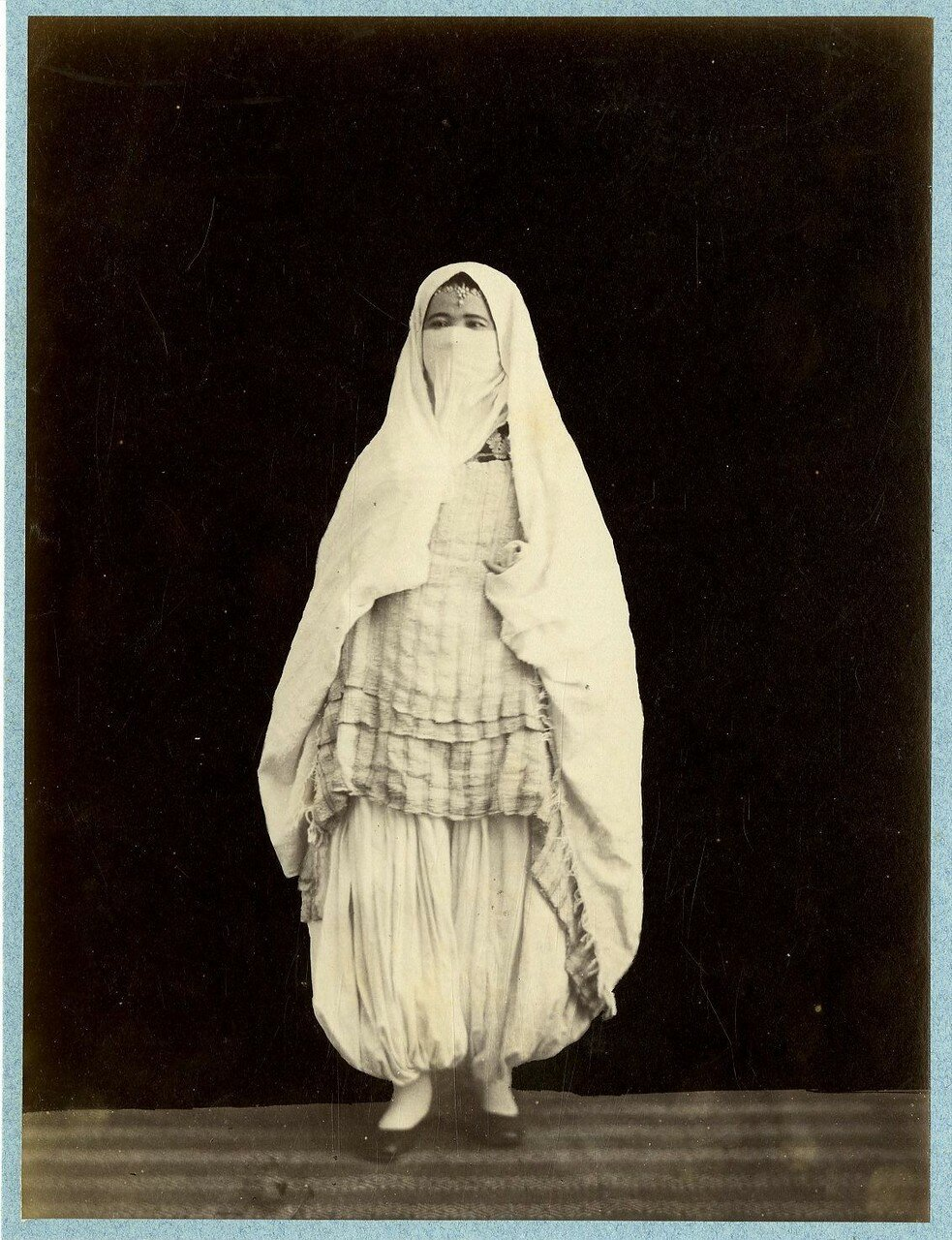 Мавританка в уличной одежде