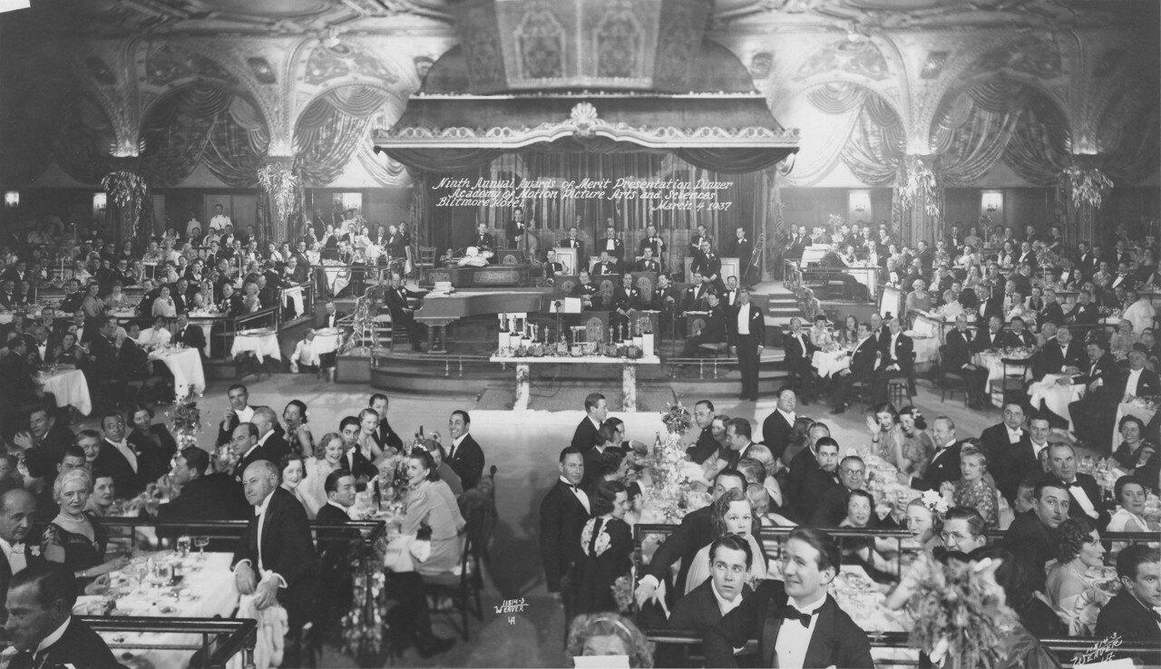 1937. 9-я церемония награждения кинопремии «Оскар» за достижения в кинематографе в 1936 году прошла 4 марта 1937 года.