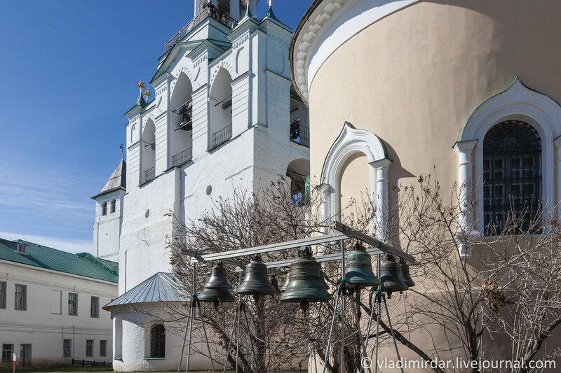 Звонница на Соборной площади Спасо-Преображенского монастыря в Ярославле