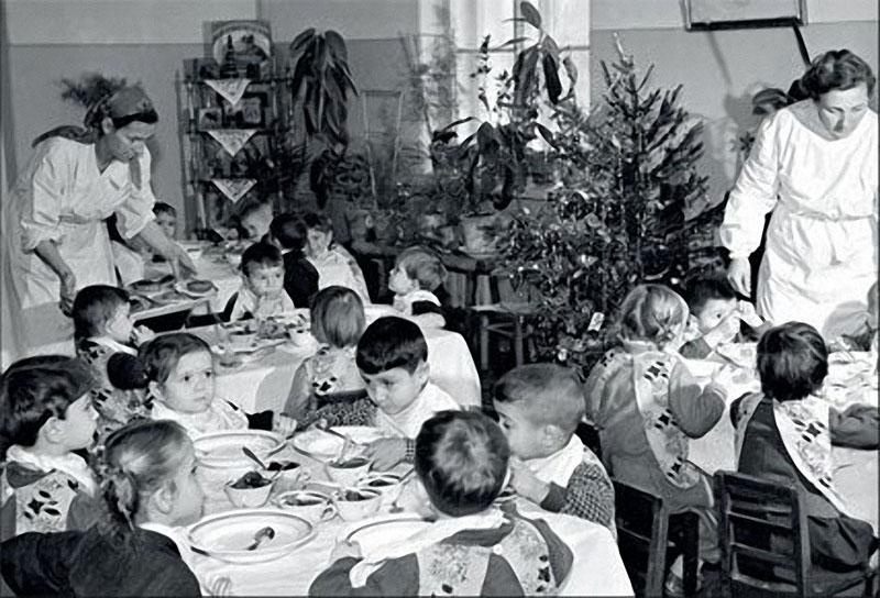 1959. В детском саду, конечно, не нальют шампанского, зато елка самая что ни на есть образцово-показательная.jpg