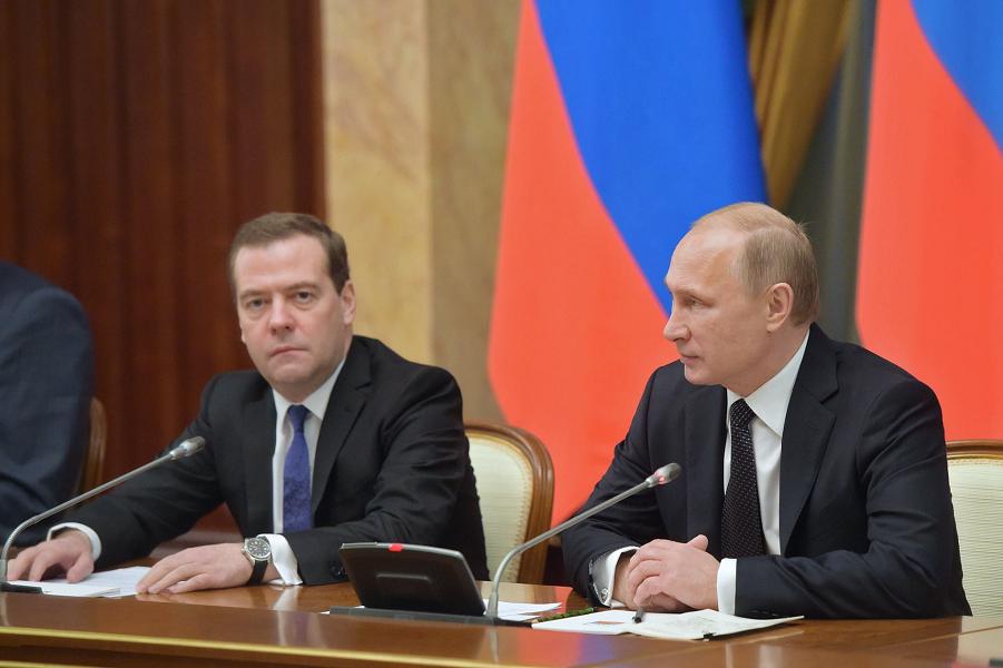 Путин и Медведев на правительстве.png