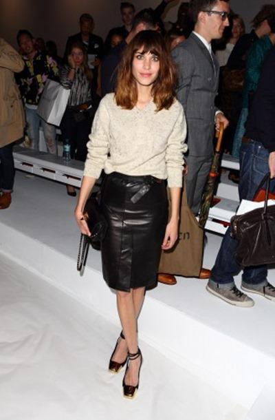 Знаменитости в модных кожаных юбках осенью