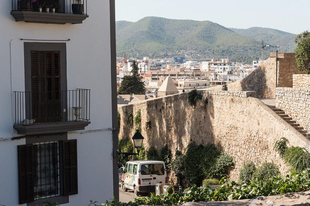 Старый город Ибицы и вид на холмы