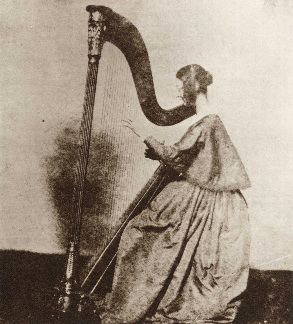 1845. Мисс Горация Филдинг играет на арфе
