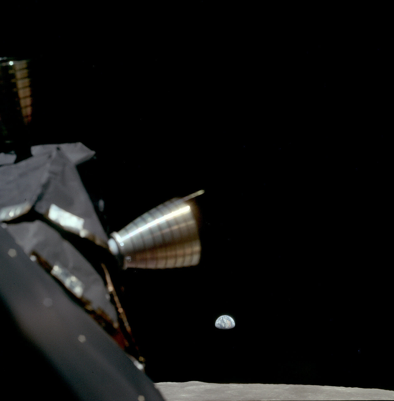 Вид Лунного модуля на фоне восходящей Земли