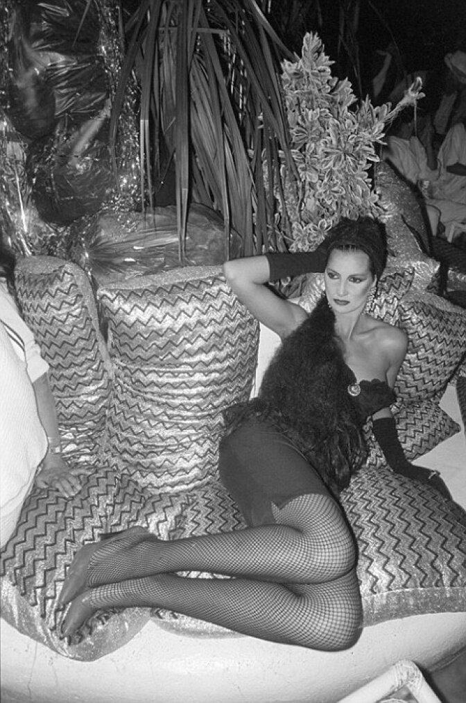 Завсегдатаи ночных клубов демонстрирую свой гипер-гламурный стиль восьмидесятых - все эти рыболовные сети, леопардовые расцветки и «Спандекс»