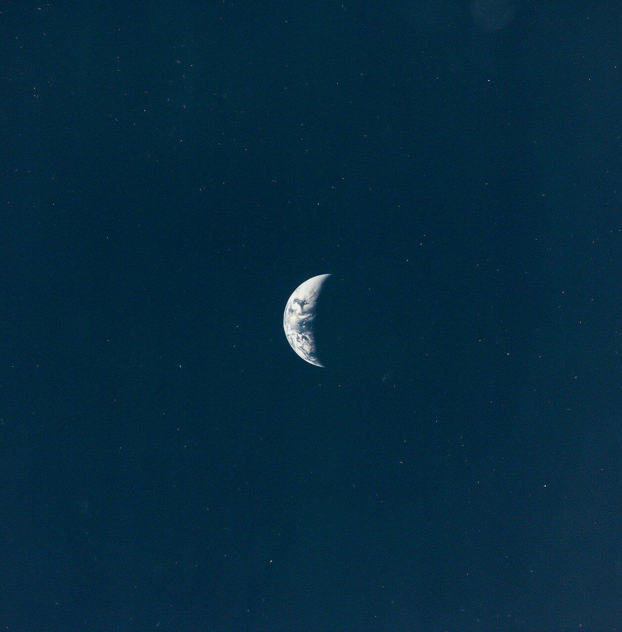 Земной полумесяц, увиденный во время путешествия на Луну