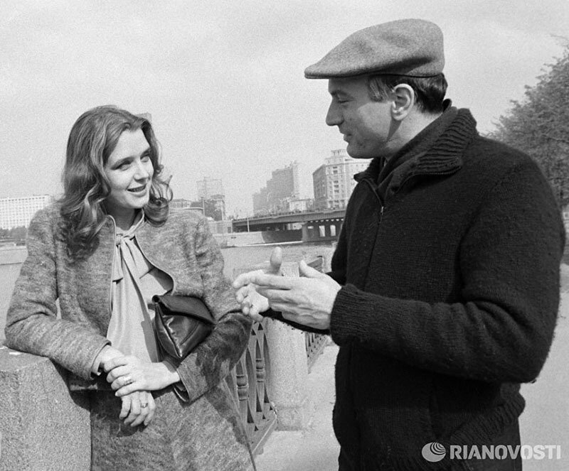Ирина Алфёрова и Роберт Де Ниро на набережной Москвы–реки, 1983 год.jpg