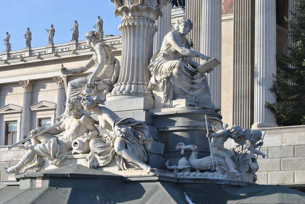 Фрагмент фонтана Афины Паллады