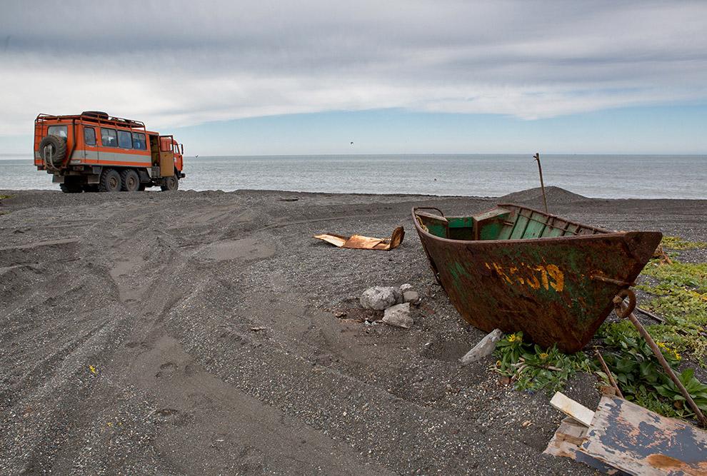 7. Дорога до села Озерная особо не примечательна. С одной стороны от тебя — Охотское море, а с друго