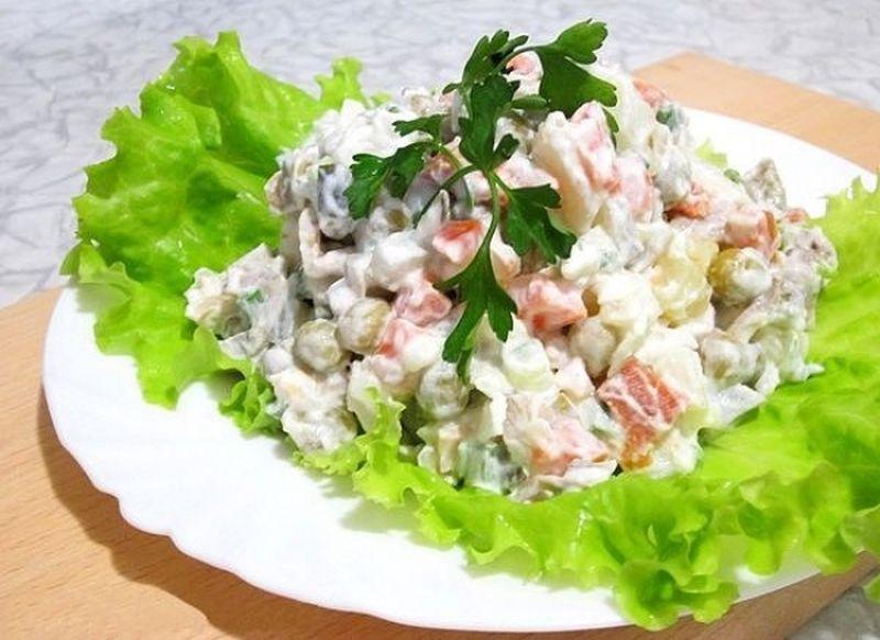 4. Вегетарианский оливье с шампиньонами Вам понадобятся: 4 шт. картофеля 4 шт. куриных яиц 4 шт. сол