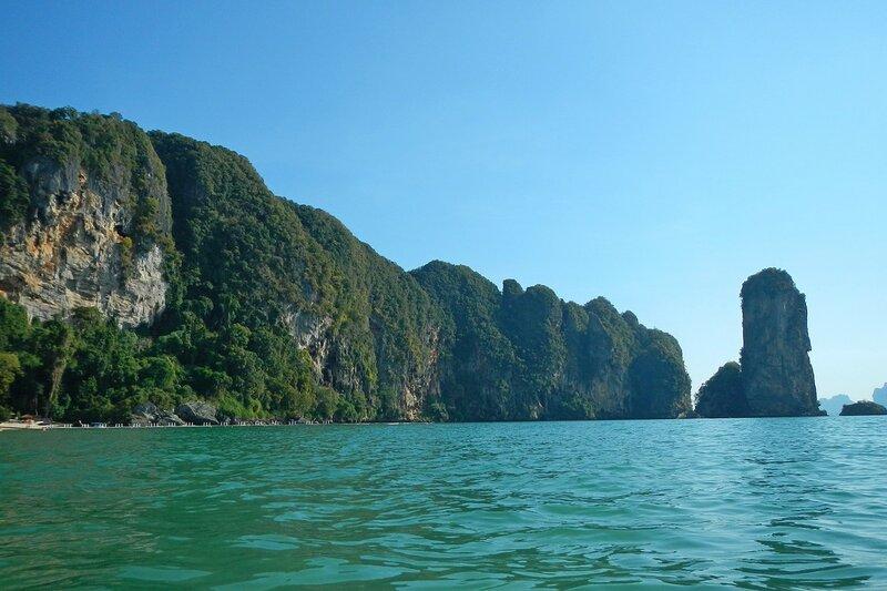 Горы, закрывающие бухту пляжа Pai Plong Beach