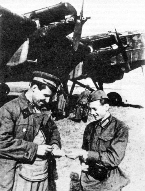 Константин Симонов с летчиками.jpg