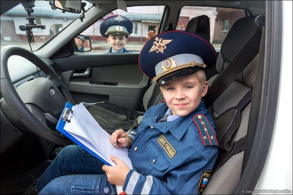 Дети на снимках из серии Люди мужественных профессий: полицейские и космонавты (8)