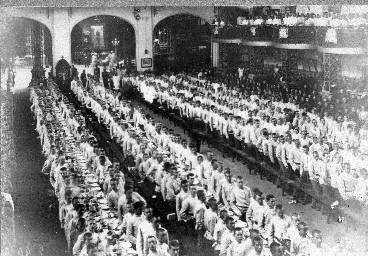 100. Парадный обед, устроенный для потешных в железном зале Народного дома императора Николая II