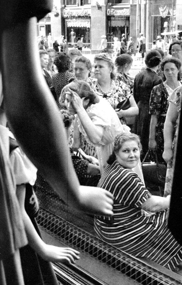 1954. Москва. В ГУМе