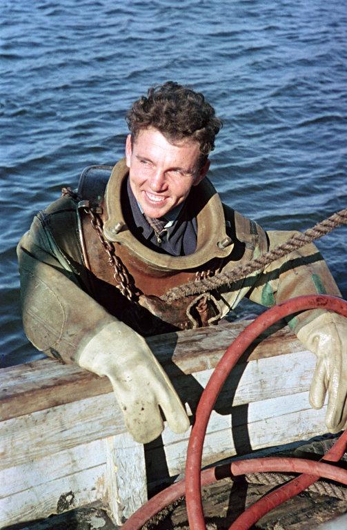 1951 Рыбинское море Вололаз Николай Лященко фото Михаила Савина Огонёк 1951-28а.jpg