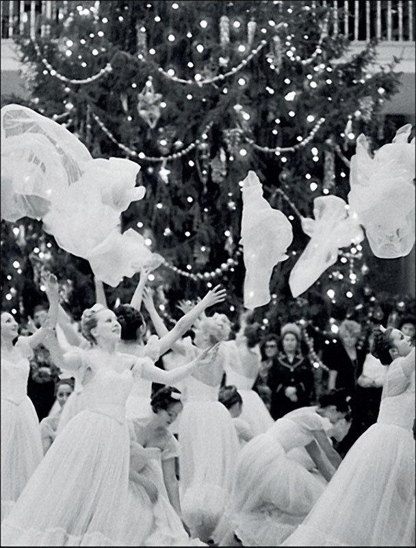 1977. Ансамбль «Березка» выступает на молодежном балу в Колонном зале.jpg