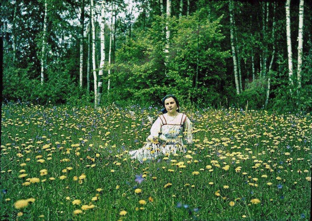 О.А.Римская-Корсакова на поляне в окрестностях усадьбы.jpg