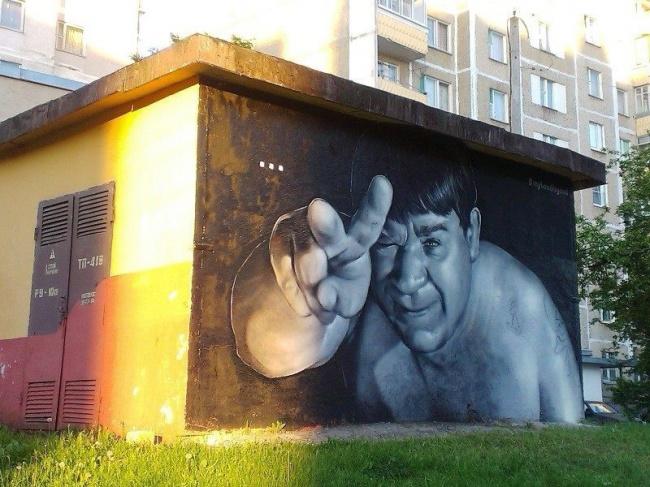 Одну избудок города украсил портрет актера Евгения Леонова вроли Доцента изсоветской кинокомедии