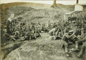 Русские солдаты и офицеры одной из армейских частей на привале.