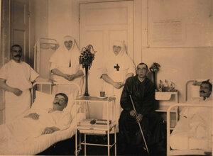 Раненые и сестры милосердия в палате №8.