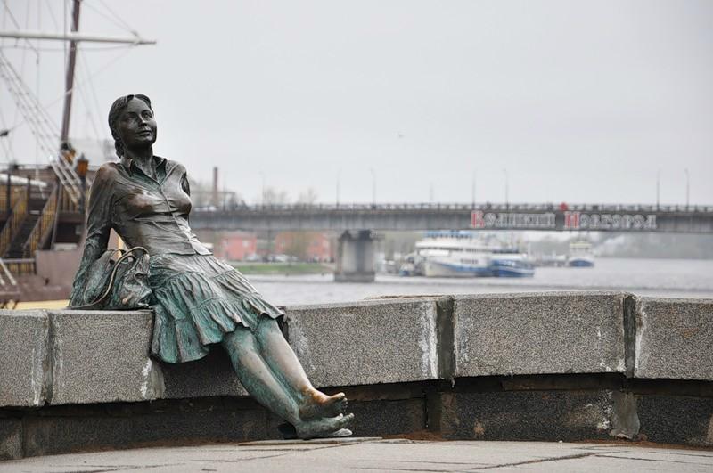Памятник девушке-туристке (Новгород Великий)