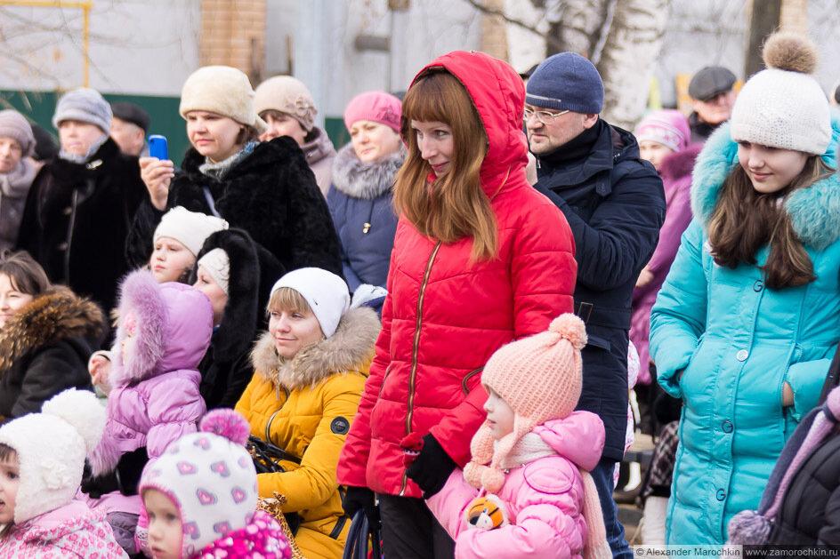 Дети с родителями смотрят концерт